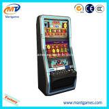 Máquina tragaperras del casino con el aceptador de Bill