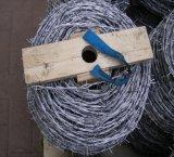 Горячая колючая проволока сбывания гальванизированная ISO9001 с деревянной катышкой
