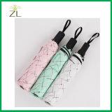 ثلاثة يطوي مظلة خارجيّة