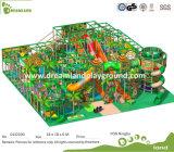 O plástico caçoa o campo de jogos interno barato do tema da selva