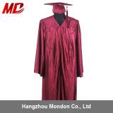 Rouge foncé brillant en gros de chapeau et de robe de graduation de lycée