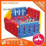 海洋の球のプールセットをする子供のプラスチック