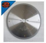 La circulaire en bois de carbure de CTT d'outils de travail de découpage scie la lame avec la soudure de ruban