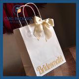 Le beau sac de papier avec la relation étroite de proue en soie de bande a fixé