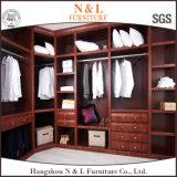 Mobilia moderna della camera da letto che fa scorrere il guardaroba di legno dei portelli dello specchio
