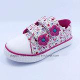 Les chaussures chaudes de la vente 2016 badinent des chaussures de toile d'enfants