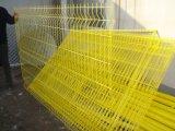 溶接された鉄の金網の塀