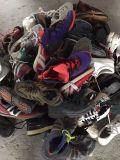 A exportação ao tamanho grande do mercado de África usou sapatas por atacado, sapatas usadas do esporte do couro do Mens