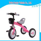 페달 세발자전거가 높은 양 아기 차에 의하여 농담을 한다