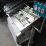 ロータスルートフルーツのパッキング機械を傾けているスーパーマーケットの助手のロータスルート野菜の真空の包装業者