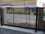 電流を通された錬鉄の庭ゲート
