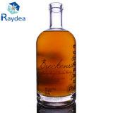 Manejar la botella de cristal de whisky