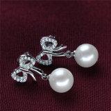 Intorno alla bella perla naturale d'argento dell'orecchino di Bowknot 925