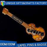Divisa barata de encargo del Pin de la solapa de la dimensión de una variable de la guitarra del estilo de la manera