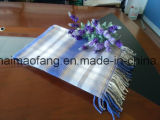 編まれた縁を付けられた格子縞の綿の投球毛布
