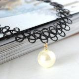 De elegante Halsband van de Tatoegering van de Nauwsluitende halsketting van Vrouwen Met de hand gemaakte met de Zwarte/Witte Tegenhanger van de Parel
