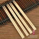 Wegwerfplastikpapier deckte ringsum Bambuseßstäbchen ab