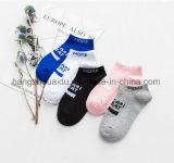 Reine Süßigkeit-Farbe mit englischer Wort-Kleid-Socke