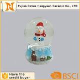 Снеговик смолаы украшения Xmas внутри стеклянного глобуса снежка