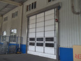Rotolamento veloce del PVC in su che impila il portello del garage con la finestra trasparente