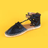 El cuero de la PU de las mujeres ata para arriba los zapatos planos negros de las alpargatas