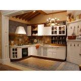 De witte Stevige Houten Keukenkasten van de Lak met het Kabinet van de Basis van de Muur