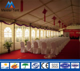 表が付いている大きい党テントおよび椅子は結婚式展覧会のイベントを提供する