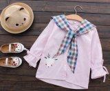 方法は幼い子供の女の子の縞のワイシャツによって印刷される服のまわりを回る