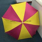 Im Freienfreizeit-Kinder, die das Schelle-Strand-Regenschirm-faltende Kampieren falten