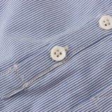 파란 소년과 봄 가을 동안 백색 줄무늬 셔츠