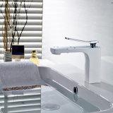 Кром установленный палубой & зажженный белый покрашенный смеситель ванной комнаты