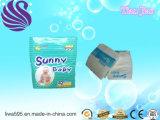 安い価格の使い捨て可能で柔らかい通気性の明るい赤ん坊のおむつ機械