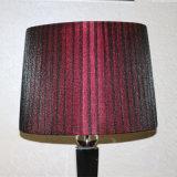 ホテルの装飾的で赤い絹の陰のベッドサイド・テーブルランプ