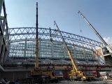 Estructura de acero del aeropuerto con los bragueros curvados de la azotea de palmo grande
