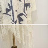 Женщины фасонируют свободный длинний свитер кардигана с краем