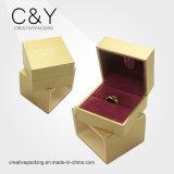A caixa de jóia de madeira da laca para propor o anel