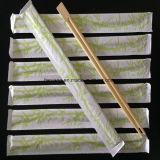 Santé utilisée campante avec les baguettes en bambou de papier estampées