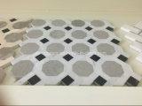 白いおよび灰色の大理石の六角形のモザイク・タイル