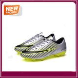 Neuer athletischer Mann-Fußball bereift Sport-Schuhe
