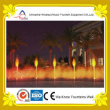Fontana di acqua popolare del quadrato dell'hotel con i bei indicatori luminosi colorati
