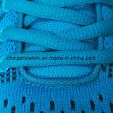뜨개질을 하는 갑피를 가진 운동화를 달리는 다채로운 여자의 운동화