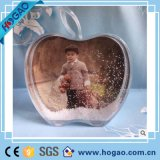 Esfera acrílica da água do globo da neve do frame da foto