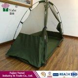 屋外のキャンプテントの軍の蚊帳