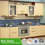 Cucina domestica che pranza la mobilia della cucina