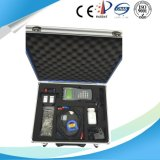 Compteur de débit ultrasonique tenu dans la main de Digitals