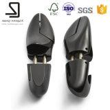 Деревянная форма ботинок, черный мужчина обувает форму