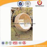 藤の屋外の振動椅子(UL-B6081。)のあたりでハングする卵の形
