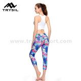 体操のための女性によって収穫されるズボンの堅いズボン