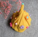 冬のかわいい赤ん坊の編まれた帽子