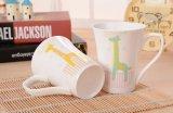La aduana personalizó las tazas de cerámica del amor 12oz con la maneta del corazón